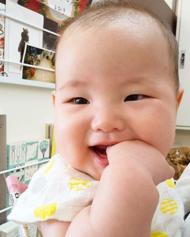 ・おててをパクっ?笑い声が聞こえてきそうなステキな笑顔のいい写真を撮らせてくれました️・・皆さまにも幸せのバトンタッチを